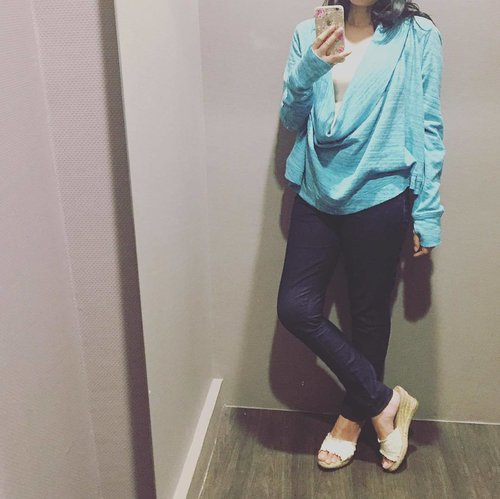 #Blue is the color of the week 💧 ☄✨ | cowl neck sweater is from #calvinklein active wear | dark denim is #forever21 | white wedges is from Payless | floral phone case from #ebay | 💧💧💧💧💧 #ootdchannel #ootdshare #cowlneck #todayslook #currentlywearing #personalstyle #denimstyle #clozetteid