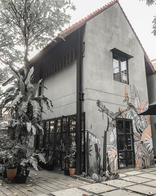 Menyusuri feed instagram sambil nunggu hasil quick count & nunggu abang McD datang.... 🧐 By the way, this is A pretty little building hidden in the backyard behind a furniture / home decor store. If you're guessing it's a cafe ... well it is not. It's a plants shop! Selling small plants and greeneries for your home! 🌿🍃🌷 ⁣⁣🏡 {KojoxCayenne} ⁣@kojoxcayenne ⁣⁣⁣⁣⁣#kojoxcayenne #theprettycities #explorejakarta #floralshop #searchwandercollect #coolspotid #goodplaceid #clozetteid⁣ ⁣