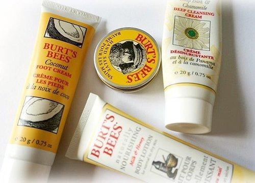 ( #ontheblog ) : Burt's Bees Essential Kit review 💛🐝 . #review #bblogger #BurtsBees #bloggerindonesia #mystash #skincare #flatlay #clozetteid