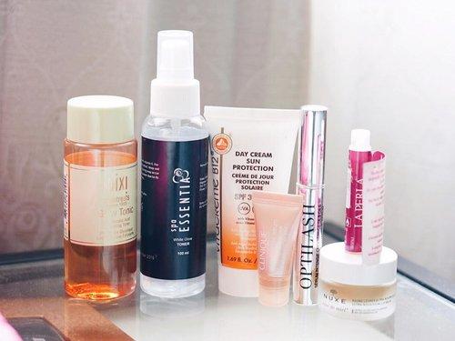 "Starting the year 2018 with a simple ""morning"" #skincareroutine 🧡 : . 🍊#Pixi Glow Tonic 🍊 #SpaEssentia White Glow Toner 🍊#VitacremeB12 Day Cream Sun Protection 🍊#Clinique All About Eyes Serum 🍊#Optilash Eyelash Serum 🍊#Nuxe Reve De Miel (lipbalm) 🍊#La Perla Divina Perfume . . . . . . . . #skincarediary #skincaremenu #skincareblogger #iglove #bblogger #skincaregram #skincarelove #fdbeauty #skincarecommunity #bloggerperempuan #clozetteid"