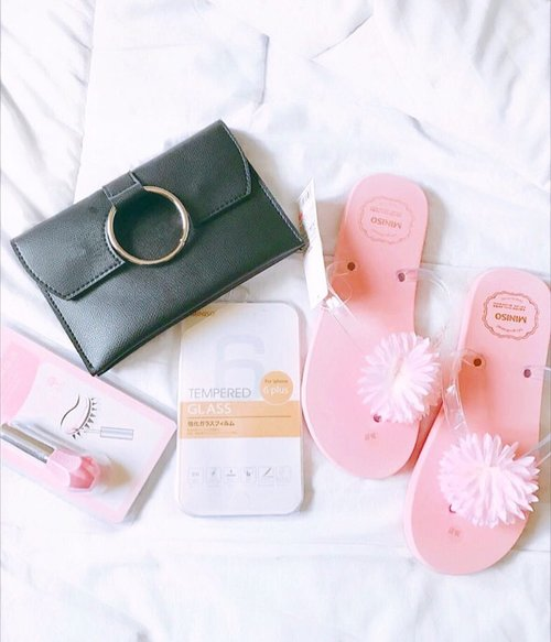 [ Mini Miniso Haul ] 🌸  Lots of cute things going on in @minisoindo right now 💕💕 I did a video haul in my IG story if any of you is interested ;) #haul #newin #pinkandblack #goodies #recentpurchase #widn #flatlay #slaytheflatlay #flatlaynation #miniso #minisohaul #instablogger #indonesianblogger #clozette #clozetteid