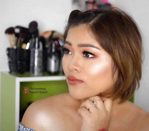 that highlight tho!!! It's blinding and making me horny 😆✨✨✨ PRODUCT USED . . EYES  @nyxcosmetics_sg Lid Lingerie Shadow Palette #nyxcosmetics #nyxcosmeticssg #NYXCosmeticsID . . CHEEKS @jeffreestarcosmetics x @mannymua733 Eclipse Highlighter ⭐️🌙 #JSCManny . . LIPS @marcbeauty Le Marc Liquid Lip Creme in Hot Cocoa . . #puputkristantimakeup