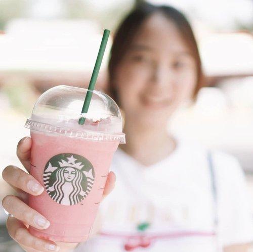 #SBUXCUPSOFCOURAGE , peduli kanker payudara dengan small action. Membeli minuman pink series Starbucks sama dengan ikut berdonasi ke yayasan lovepink.Ada yang udah pernah beli pink series Starbucks? Yang enak apa ya? Baru coba #pinkblossomraspberrytea , ingin coba yang lainnya.  #blogger #impiccha #piccha #tribepost #bandungbeautyblogger #clozetteid