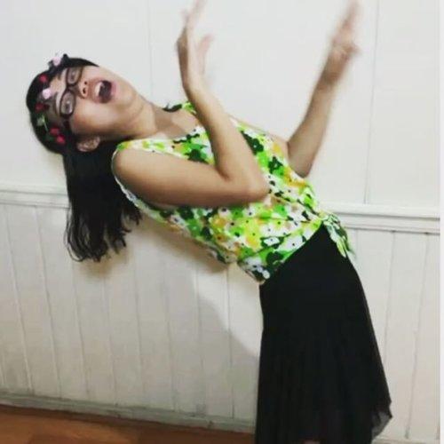 Suer lho ya, ini bukan lagi bikin film Sadako si hantu Jepang, tapi sedang mencoba menari ala penari Hawaii dengan ketiak tetap dikempit total. Susah!  @clozetteid @nivea_id  #tossmomen #kempitchallengexclozette #clozetteid