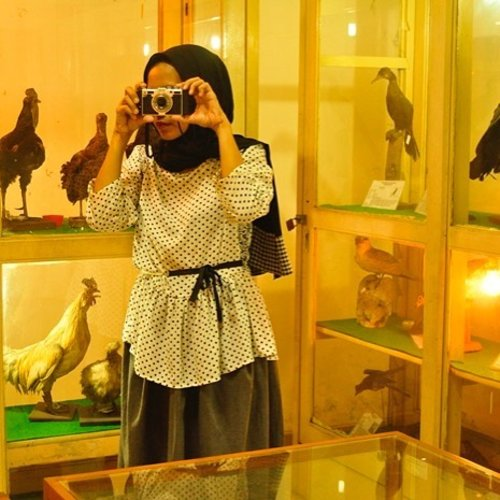 Visiting a biology museum in today's post.. ✨🍃Link in bio..Outfit styling and photography by me ☺️...#outfit #ootd #abmstyle #polkadots #blackandwhite #ifbootd #hijabstyle #wardrobestyling #clozetteid #visitmuseum #biology #science #animals #funlearning