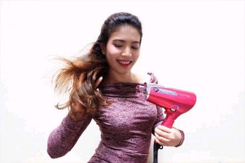 Rambut yang selalu kena panas matahari aja bisa kering, bercabang & kusam, apagi rutin kena panas Hair Dryer? Solusinya cuma 3, Sist! 1. Enggak pakai Hair Dryer sama sekali (ai kenott 😂) 2. Pakai Hair Dryer standar dengan syarat harus ribet ngasih banyak suplemen rambut biar gak kering 3. Pakai catokan yang punya banyak fitur seperti Nobby by @tescomid Beauty Collagen Hair Dryer.  Kandungan Collagen, Nano Mist, dan Negatif Ion yang ada di Nobby ini bisa melindungi rambut dari kekeringan & sinar matahari, bikin warna rambut lebih tahan lama, dan segudang manfaat lainnya yang udah saya tulis di postingan Aprijanti.com  Feel free to visit! ❤️ Thank you @clozetteid & @tescomid for giving me a chance to try this Cute Hi-Tech Pinky Hair Dryer 😘 . 🎥 video curated by @gevvs . #Clozetteid # tescomid #ClozetteIDxtescom #HealthyHair #BeautifulHair #ClozetteIDReview #TescomxClozetteIDReview