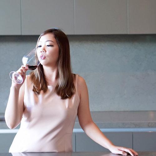 Just imagine drinking in my own dream kitchen, May I...🍷...#clozetteid #bali #wine #proudlybalinese #hattenwines #redwine #bbbxhattenwines #baliblogger #balibeautyblogger #beautybloggerindonesia #setterspace #beautynesiamember #charisceleb