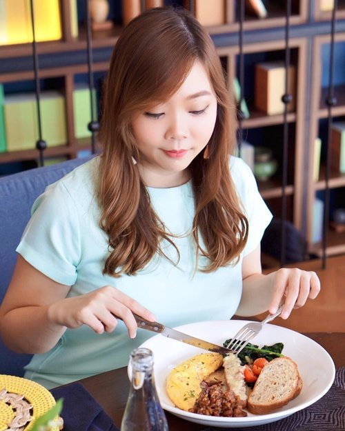 A real definition of 'makan cantik' is dolled up and take photo before eating then move the camera away, eat until there's nothing left even your lipstick is nowhere to be found on lips anymore ~ @jcliani  Who's agree with me and who does the same thing?  #clozetteid #quoteoftheday #makancantik #bali #balirestaurant #seminyak #balidaily #holidayinbali #interior #foodie #brunch #foodblogger #baliblogger