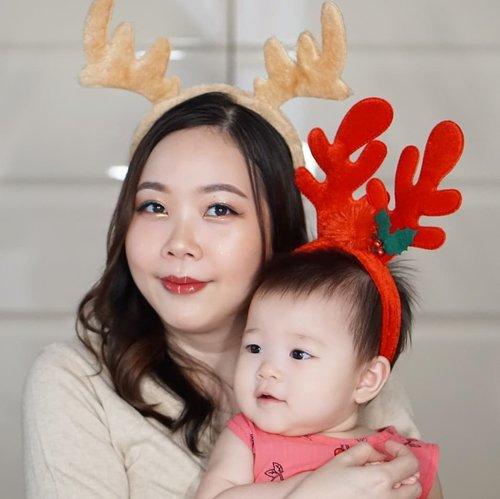 Merry Christmas from us!Perjuangan dapetin 1 foto ini adalah 30 foto yang gagal pake ngamuk2 😂. Salut sama yang selalu bisa foto cantik bareng baby.#merrychristmas #Clozetteid