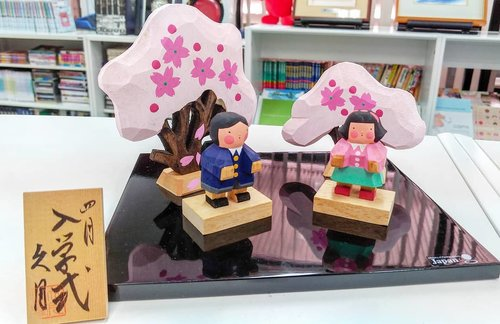 Hanawa, kegiata melihat-lihat bunga biasanya dilakukan saat musim Sakura atau cherry blossom.Salah satu budaya Jepang yang ada karena kecintaan terhadap alam dan seni dalam kebersamaan. Bisa dilakukan dengan keluarga, sahabat, teman-teman sekelas, kerabat, bahkan rekan kerja. And we are loving it too, makanya sekarang banyak turis ikutan 😁 tapi ingat ya, budaya nya dihormati, jangan buang sampah sembarangan, dan jangan mengganggu orang lain, social rules di Japan juga sangat kuat. Btw, di Kedubes Jepang lantai 2 ada perpustakaan yang menyediakan berbagai informasi mengenai budaya, bahasa, sampai trend contemporer. #Japan #embassy #love #sakura #hanami #cherryblossom #cultural #flowers #life #beautiful #lifeisbeautiful #traveldiary #ClozetteID