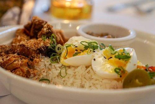 Nasi Babi Garing @unionjkt I love the samchan part, tapi bagian dagingnya terlalu kriuk gak berasa daging. Sambalnya gak pedes, dan kimchi pineapple plus jalapeno nya seger. 1 porsi cukup untuk makan cantik (gak kenyang kalau biasanya makan nasi padang bungkus sendiri). Still, worth trying kalau kangen 🐖 tapi gak mau fat. #fooddiary #pork  #foodoftheday #foodtrend #Jakarta #ClozetteID #restaurant #jakartalife #sambalmatah #babigaring #pig #babisambalmatah #Indonesiaheritage #indonesiafood