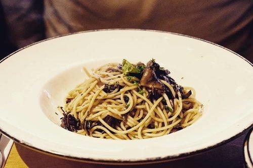 Aglio olio , a simple pasta that taste so yums 🤤  Udah pada maksi belum? Jangan lupa makan, karena di Jakbar udah hujan deres, ntar kalau belum makan masuk angin lagi... kan sedih.  #foodoftheday #notsalad #ClozetteID #notsohealthyfood #lunch #fresh #love #veggies #musttry #pasta  #pizzamarzano #freshfood #yums