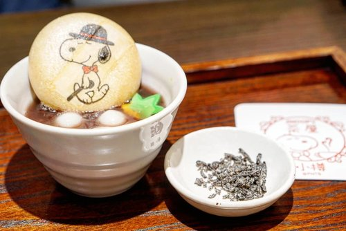 You look so stylish Snoopy 😍  3 pm is Japan snack time for the kids, and even in England 4 o'clock is known as tea time too.  What time is the best for these irresistible sweets heehee? ANYTIME 😁  #snoopy #teatime #snoopychaya #mochi #cafe #yums #desserts #delicious #mochiball #musttry #redbean #otaru #Hokkaido #japan #Clozetteid