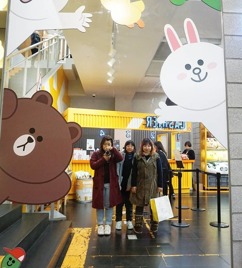 Kapan kita jalan-jalan lagi @cleae #linestore #myeongdong #Korea #seoul #travelbuddy #travelbuddies #hello #clozetteID #travel #winter #Line #ootd #lotd #potd