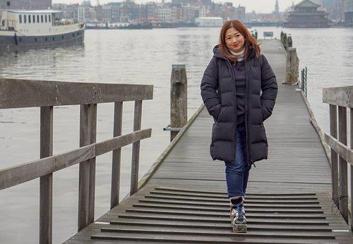 Dingin... banget.Saat suhu menunjukkan 1 derajat tapi realfeel -5Di Jepang prinsipnya layering tipis-tipis, disini gak mempan gitu 😁 still need a very thick coat.Life's good thou', masih dikasih kesempatan kesini lagi setelah 8 tahun yang lalu disponsori Contiki keliling Europe mewakilkan Asia. #amsterdamwithkids #traveldiary #amsterdam #ClozetteID #letsgo #travel #jalanjalan #winterholiday #winteroutfit #ootd #motd #lotd #potd #outfitinspo #carnellinstyle #hello