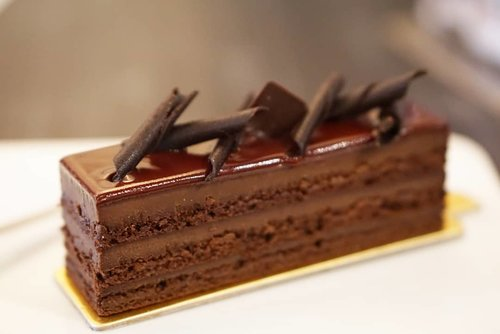 Sacher 'Torte' versi @erickayserid  #erickayser #darkchocolate #eclair #vanilla #sacher  #desserts #love #dessertoftheday #potd #picoftheday #photooftheday #clozetteID #yums #fooddiary #foodgasm