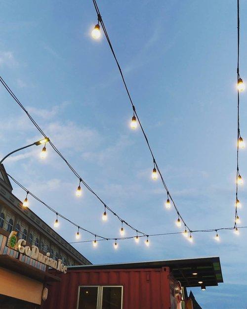 Dinner last night, when the sky is clear.  We love the outdoor ambiance, tapi nyamuknya sih gak santai  #jakartaculinary #outdoor #hello #jakartalife #dinner #underthestars #restaurantdesign #underthesky #lights #love #ClozetteID #delight #foodies #nightlife #nightphotography #sky #culinary