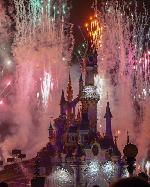 Good morning! Let's have some sparks today _______#france  #traveldiary #ClozetteID #disneyland #travelwithCarnellin#disneylandparis #illuminationshow #disneylandparisilluminations #castle #letsgo #fireworks #spectacular