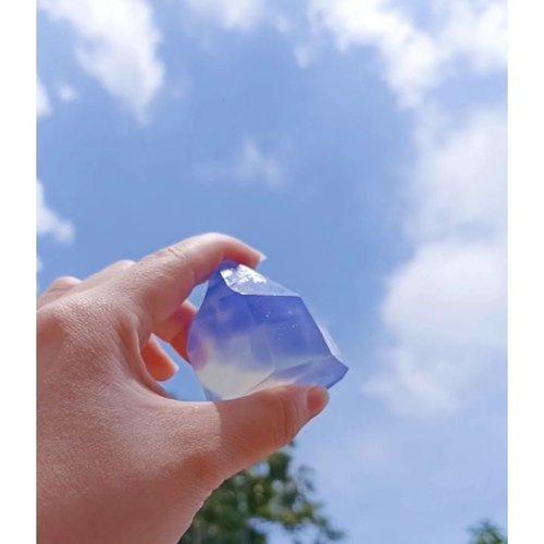 Gemstone soap using @saboon.id x @sekalilagiyuk DIY Soap Kit! . . . . . Music: Ohayo Musician: Hani Koi