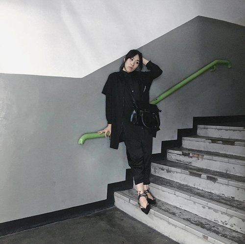 Get bored with black for a moment but now I fall in love all over again. . 📷 by fotografer ganteng @adryantoro . . . #zaloraid #zara #black #allblack #ootd #ootdindo #lookbook #lookbookindonesia #bloggerindonesia #bloggerjakarta #bigsizefashion #ootdbigsize #clozettedaily #clozetteid #monochrome #fashionblogger #streetstyle #streetfashion #monochrome #iphone6s #iphoneonly