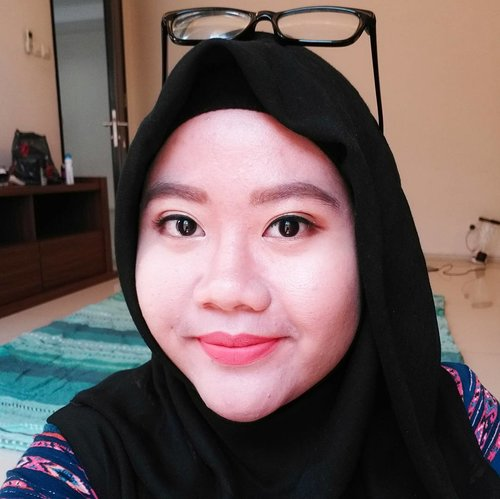 Warna nya sangat cocok digunakan untuk simple atau heavy makeup. Makeup ala ala korea pun juga cakep.. Full review sudah tayang di blog ku ☺ (Ooppss abaikan pemandangan dibelakang 😄😄) . . .  #defkapesblog #indonesianbeautyblogger #makeupjunkie #clozetteid