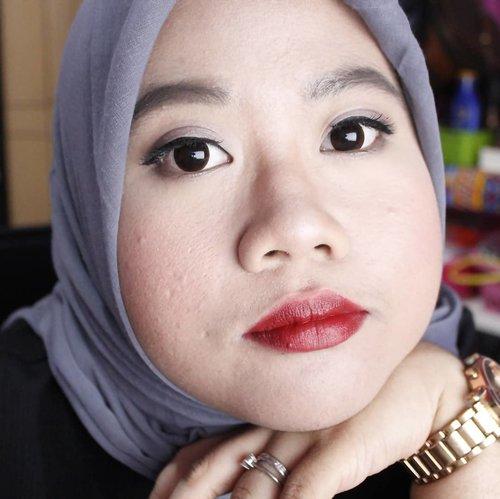 Masih merek lip cream yang sama dengan postingan sebelum nya.. Rasa nya gatel kalau cuma beli 1 dan akhir nya beli warna deep red atau sedikit ke warna maroon.. Kalo kata suami kaya abis maem darah 👄👄 😄 . . . #defkapes #defkapesblog #defkapesmakeup #indonesianbeautyblogger #hijabbloggerindonesia #clozetteid
