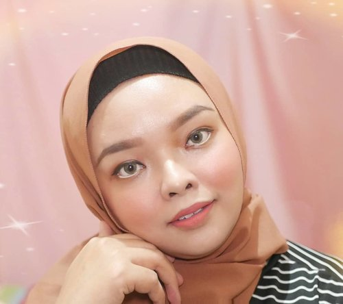 MAKE UP NATURAL BUAT JEMPUT ANAK NGEGYM  Emang udah paling paling style hijab pashmina kayak gini, buat nutupin double chin kayak aku gini. busui udah pasti ada double chin, kan gak boleh diet 😬  Happy Friday All! 💕  ____ Skincare today : Toner : @cosrx_indonesia and @hadalabo Essence : Loreal Revitalift @getthelookid Serum : Hydrating Serum @makeoverid Day Cream & Sunscreen : @Erhadna  Make up Today : Foundie : Lanore DD Cushion Blush : @Wardahbeauty Exclusive mix @Catrice Highlight Palette Eyeliner : Top (@otwoo) black and bottom @wardahbeauty Eyeshadow : @profusion  #ClozetteID #makeuplook #beauty #skincare #skincarebasics #skincareroutine #skincareaddict #bodycare #photooftheday #iloveskincare #selfcare #skincareobsessed #hijabstyle #beautyproducts #dewyskin #makeupjunkie #instabeauty #healthyskin  #wakeupandmakeup #beautystuff #glow #beautytips #productreview #beauty
