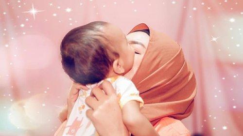 Yah, beginilah kondisinya ketika ingin kerja bikin video, ingin foto, trus tiba2 anak bayi belum tidur, malah glendotan pengen tau maminya ngapain..Okelah kalo gitu. Family first ☺️💕. .#momlife #spring #babygirl #confidence #photooftheday #walk #together #family #momblogger #parenthood #happines #happy #motherhood #selfie #mother #happyfamily #clozetteID #motherhood