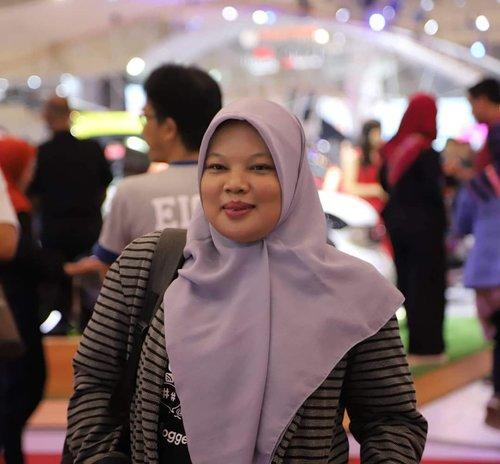 Cungggg tim hijab segi empat! Saya kurang mahir pakai pashmina soalnya hehehe. Untunglah sekarang hijab segi empat banyak warna dan jenis kain serta motifnya juga bagus2.Nyaman aja bawaannya kalau pakai segi empat. Pakainya praktis pula. Ini saya pakai hijab warna pigeon dari @ianduapparel Yg bisa buat formal maupun santai. Harganya terjangkau banget! Bisa cek IG nya deh buat warna-warna lainnya. #hijabsegiempat#ianduapparel#moslemwear#clozetteid#hijab 📷 by @eviindrawanto