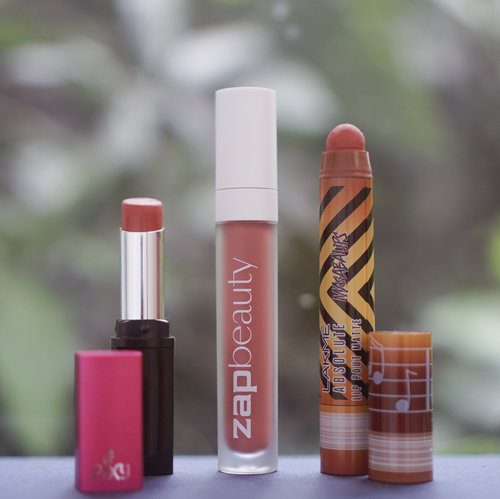 Akhir-akhir ini baru sadar kalo lipstick lagi jarang ganti, cuma bolak-balik pake 3 produk yang finishnya matte semua! Aku jarang banget pake lipstick matte, jadi semua yang disebut di sini dijamin gak bikin bibir kering: 💄 @pixycosmetics Matte In Love - 408 Merry Orange Beberapa minggu lalu lagi nyari lipstick yang nuansa peach-orange gitu, ketemu lipstick ini dan langsung suka!! Lipstick ini matte tapi gak transfer-proof, tapi cukup tahan lama dan gak perlu pusing sering-sering touch up. 💄 @zap_beauty - 030 Spice Entah kenapa aku punya high expectation banget waktu pertama kali liat lip cream ini, mungkin karena kemasannya mirip sama BLP jadi rasanya pingin dibandingin sama BLP. Tapi meski luarnya mirip, isinya beda banget, teksturnya jauh lebih cair dibanding BLP, jadi opacity-nya juga gak sepekat BLP, tapi entah kenapa aku tetep suka, mungkin emang jarang banget pake lipstick full lips gitu, dan pake ini lebih gampang bikin gradient. Meski awalnya agak cair gitu, lama-lama mengering jadi true matte tapi gak cracky di bibir. 💄 @lakmemakeup Lip Pout Matte - Caramel Toffee Kalo yang ini bentuknya paling unik sih, karena mirip banget kayak crayon, apalagi packagingnya juga cute banget! Lipstick ini gampang banget diblend di bibir karena teksturnya yang creamy, pengaplikasian juga terbilang cukup mudah. — — — #beautyappetitereviews #makeup #beauty #beautyreviews #lipsticks #clozetteid #lakme #zapbeauty #pixy #matteinlove