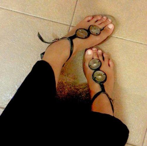 "Kangen pakai alas kaki trus jalan-jalan... 🤭 Kangenin hal yang simpel, bisa jadi karena kurang bersyukur dengan situasi ""normal"" tanpa wabah, tanpa PSBB. Semoga kita selalu bersyukur atas apa yang diberikan oleh Allah, apapun itu. #fff #followme #bloggerstyle #bloggerdaily #sandals #feet #fashion #instafashion #clozetteid #style #me #utamiisharyani #psbb #stayathome #stayhealthy"
