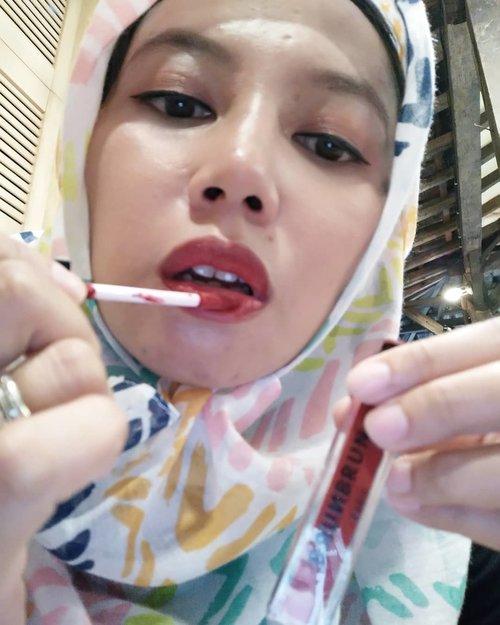 """Sebelum berangkat bukber, dandan dulu... Mumpung dapet lipstick #brunbrun dari @fionatjo yang bisa dipakai untuk bibir, pipi dan mata, langsung deh di coba Teksturnya yang ringan membuat kulit terasa terbebas dari rasa """"penuh"""". Dulu saya mengaplikasikan teknik ini juga, menggunakan lipstick yang tekstur nya creamy karena lipstick matte pasti ngga cocok di kulit saya.. etapi anggapan semua lipstick matte pasti gak cocok dikulit saya seketika gugur oleh si lipstick matte brunbrun ini #lipstick #cosmetics #me #instadaily #makeup #bloggerloop #bloggerdaily #blogger #bloggerlife #ootdhijab #beauty #beautyreview #lip #red #followforfollowback #follow #followme #followmefollowyou #clozetteid"""