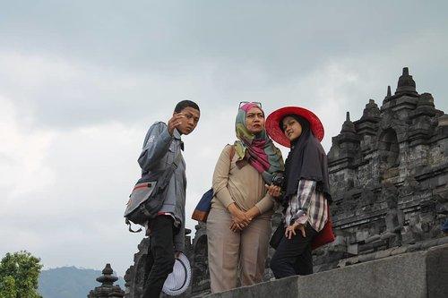 Ga heran kalo Borobudur selalu menarik untuk didatangi. Cantiknya relief dan arsitekturnya, membuat Candi ini selalu terlihat cantik difoto dari sudut mana pun.  Pesonanya ga pernah pudar. Selalu merasa bersyukur Indonesia punya keajaiban yang satu ini  #LatePost #ThrowBack #bloggerstyle #bloggerlife #instatravel #travelgram #borobudur #borobudurtemple #travelling #travelphotography #ClozetteID