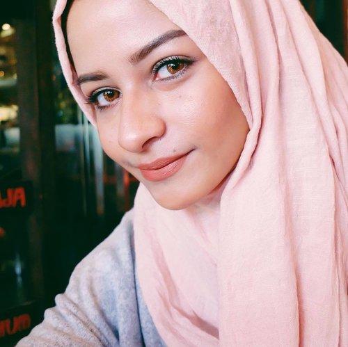 New lenses, Honey from #FreshlookID colorblends. Selain pemakaiannya nyaman dan tahan lama (ga bikin mata cepet merah karena mata aku sensitif banget) softlens ini bener-bener bikin muka aku lebih fresh apalagi saat aku foto untuk keperluan pekerjaan aku sebagai model hijab. Yes, my new favorit softlens. I'm in love. #FreshSelfieLookJKT #ClozetteID