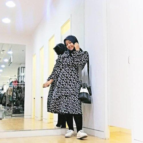 Setelah sekian lama, akhirnya nemu selera baju yang pas dan ngerasa bebas banget. Yup, ternyata selama ini aku lebih suka pakai midi dress. Praktis tinggal pakai legging dibawahnya dan foila berubah jadi cewek Korea. #coniettacimund #dailylife #clozetteid #ootdhijab #mididress #randomtalk