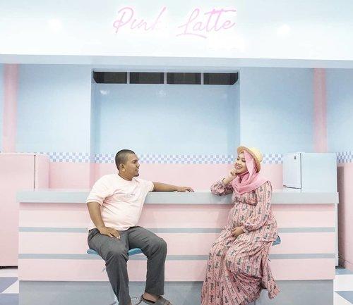 """🧔""""Posenya gimana mah?""""🧕""""Udah lihat aku terus kita pura-pura ketawa aja""""Iya, kita gak seinstagramable pasangan di Instagram. Btw iya upload nya rombongan, habis ini mau ngerangkai baby box soalnya, mumpung masih kuat kerja rodi ....📍: @pinkicecream.id#coniettadaily #coniettapregnancy #dailylife #34weekspregnant #clozetteid #PinkCaffe #maternityshoot #fotomaternity"""