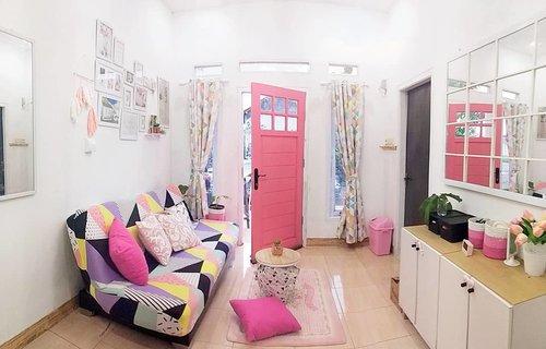 Yang kenal aku dari jaman bocah, Conietta = pink 💗Setor #homedecorloversid dulu mumpung temanya warna kesukaan ku #hdlpinkgemesMenurut ku masih kurang afdol soalnya cover sofa bednya pengen pink polos. Saran juga dong enak gak sih karpet pink polos buat ruang tamu?@homedecorlovers_@kjperabot ...#hdlindramayu #pinkroom #pinkdoor #pinkgemes #gelay #clozetteid