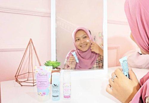 Seminggu ini aku nyobain produk skincare yang baru masuk ke Indonesia, namanya @nurishorganiq_id. Skincare dari negara tetangga kita Malaysia ini diformulasikan 100% natural & organik. Pertama lihat kemasannya langsung gemas dengan ilustrasi bunga-bunga yang cantik gitu. Yang aku coba yaitu rangkaian Brightening Series yang terdiri dari Micellar Cleansing Water, Foamy Cleanser, Toner & Day Cream SPF 20. Dalam Brightening Series ini mengandung 4 kandungan utama yaitu Frangipani, Hibiscus, Bilberry, dan juga Cucumber : 🌼Frangipani berfungsi sebagai antioksidan alami🌺Hibiscus ditujukan sebagai AHA alami yang membantu mencerahkan warna kulit🍇Bilberry sebagai pencerah organik dan mencegah pigmentasi kulit🥒Mentimun yang merupakan bahan alami untuk membersihkan pori-poriPertama kali mencoba, teksturnya lembut dan nyaman digunakan sehari-hari. Untuk Day Creamnya sendiri sangat mudah meresap dan sudah mengandung SPF 20. Tonernya sendiri lembut & membantu menyegarkan wajah. Sedangkan rangkaian produk pembersih yaitu Micellar Cleansing Water & Foamy Cleanser ampuh banget mengangkat kotoran di wajah.Overall produk Nurish Organiq ini cocok dicobain untuk kulit Asia Tenggara dan tentunya sudah teruji secara dermatologis dan halal, yuk cobain Nurish Organiq #NurishOrganiqIDReview #RadiateYourTrueNature#ClozetteID
