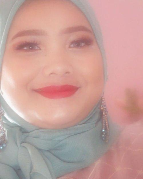 Salah angle kamera jadi kelihatan cempluk banget 😂Tetiba ngabuburit tadi sore pengen mainan makeup, jadilah #wipeitdownchallenge ala-ala ini~...#clozetteid #tiktokchallenge #randomtalk #hijabstyle