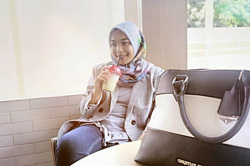 Tea or coffee? Just matcha please 🍵🍵🍵 #ConiettaCimund #randomtalk #matchalover #ootdhijabindo #clozetteid