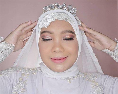 Menurut kalian, bagus pakai korsase di inner hijab atau gak pakai? Ceritanya trial makeup wedding, udah lama banget gak mainan makeup jadi kaku tangan nya hehehe...#coniettadaily #makeupwedding #weddingmuslimah #clozetteid #dailylife