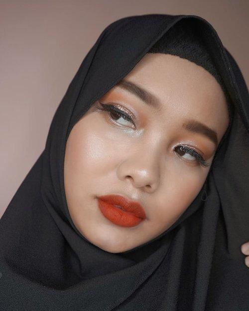 Mainan glitter ✨✨✨Ternyata hasilnya gak terlalu kelihatan di kamera, btw ngerasa kurus banget di foto ini, padahal mah cuma efek hijab 😁#clozetteid #dailylife #glittereyeshadow #glittereyemakeup #randomtalk