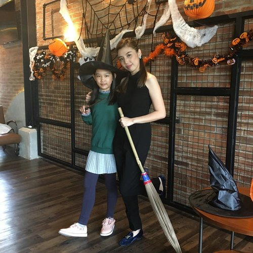 Introduced my kids about Halloween with something fun : wearing cute costume 🎃, go to their first Halloween party 👻 ......, and they love it 🧡.....#igphoto #igkids #kidslife #AureliaGW #WinstonGW #halloween #halloweencostume #kidshalloween #kidshalloweenparty #kidshalloweencostume #latepost #tbt #likes #follow #blogger #bloggermom #ClozetteID
