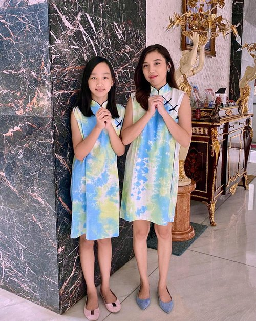 Happy Chinese New Year everyone... Gong Xi Fa Cai... . . Since @aureliagriseldaw has grown up and she no longer wore children's clothes, so this year we wear the same dress from @3mongkis 💙💚 . . . . #imlek2021 #chinesenewyear #yearofox #cny2021 #cnydress #cnyootd #cheongsam #3mongkis #ootdindo #likes #follow #fashion #blog #blogger #ClozetteID