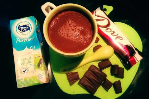 Made this hot melt chocolate out of my boredom three days ago. That was a rainy Saturday and found this @dovechocolateid dark chocolate in my refrigerator. So I'm melting it on low heat and added a little @frisianflagid milk Coconut Delight to cut the bitter taste of dark chocolate. It's turns out delicious. Am proud of my self. 😅😅 . . . . . . #hotchocolate #melting #chocolate #chill #milk #drinks #darkchocolate #chocolatebar #food #foodie #foodporn #instadaily #instamood #instagood #instamoment #instafood #instadrink #clozetteid #clozettedaily #like4like