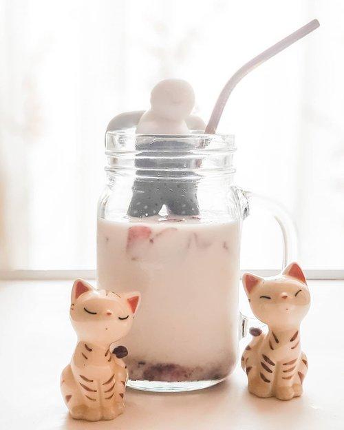 Setelah Dalgona, muncul lah si Korean Strawberry Milk ini. 😂😂😂 Karena gampang, ya udah lah ikutan bikin. Enak ternyata. 😁 Ada yang pernah coba? . . . . . #strawberry #koreanstrawberrymilk #strawberrymilk #food #foodporn #beverage #lightroompresets #shotonsamsung #instadaily #instagood #instamood #instamoment #clozetteid