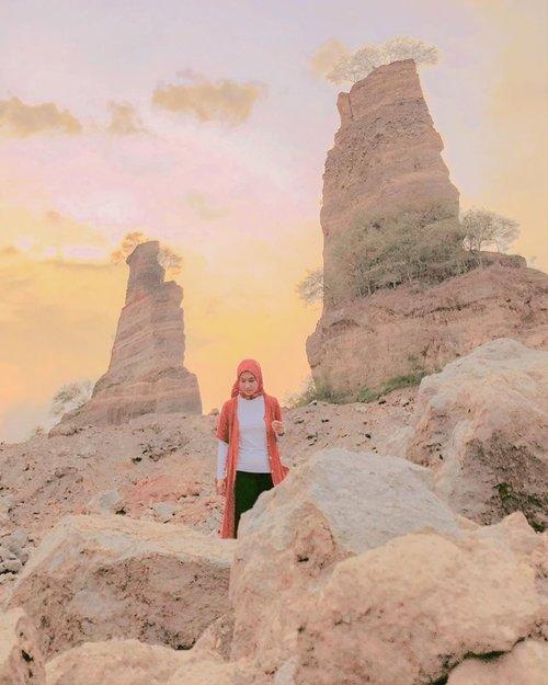 Sempet jadi lokasi hits pada masanya, di mana hampir setiap orang yang gue kenal posting photo di sini. Kemarin sepi sih. Cuma segelintir orang. Apa karena sudah menjelang senja? 😁 . . . . . #browncanyon #browncanyonsemarang #stonepark #stonemining #miningsite #wheninsemarang #semarang #travel #travelgram #instatravel #dawn #senja #sky #nature #scenery #shotoniphone #ootd #whpsunset #clozetteid