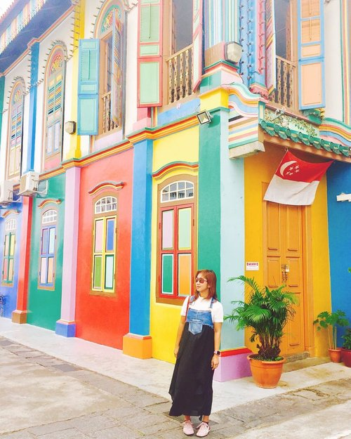 Sometimes all you need is a little splash of color. Find this treasure (of background photo) when actually I was losing track in this area. 😂😂😂 . . . . . #building #colorful #street #streetstyle #littleindia #singapore #travel #travelgram #travelblogger #instatravel #blogger #ootd #vsco #vscocam #instadaily #instagood #instamood #clozetteid #like4like