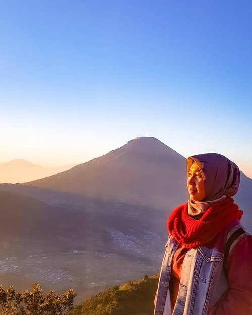 At sunrise, the blue sky paints itself with gold colors and joyfully dances to the music of a morning breeze, with a new hope, a new page of the book of your life.  . My 3rd sunrise at the mountain with you! Can't wait for next, walaupun sesungguhnya daku lebih anak Sunset ketimbang Sunrise. Ngga repot bangun tengah malem buat mendaki gunung. 😆 . . . . . #sunrise #bukitsikunir #dieng #wonosobo #whenindieng #exploredieng #mtsindoro #nature #scenery #morningdusk #vibes #vacation #getaway #whpsunrise #shotoniphone #travel #travelgram #instatravel #clozetteid