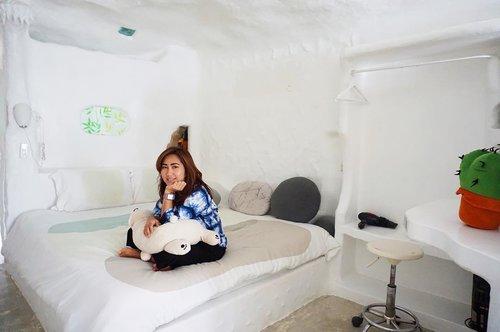 Capek nungguin dia.. eh Frodo ngga dateng-dateng juga. Bobok saja lah. 😚 . Hobbit House yang di Thailand itu sesungguhnya adalah sebuah resort di mana kita bisa nginep di situ. Tapi di luar tamu, kita bisa dateng buat photo-photo di sana. Ini contoh kamarnya kayak gini. Lucu juga nih kapan-kapan ngerasain tidur di kamar Hobbit. 😁😁😁 . Kayak apa tempatnya? Tunggu review di blog yaaa.. 😁 . . . . . #hobbit #hobbithouse #baansuannoi #thailand #travel #travelgram #instatravel #blogger #travelblogger #sonyalpha #vsco #instadaily #instagood #instamood #clozetteid #like4like